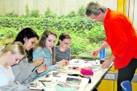 Andreas Mooslehner vom BUND mit Schülern der AVH. Foto: pr