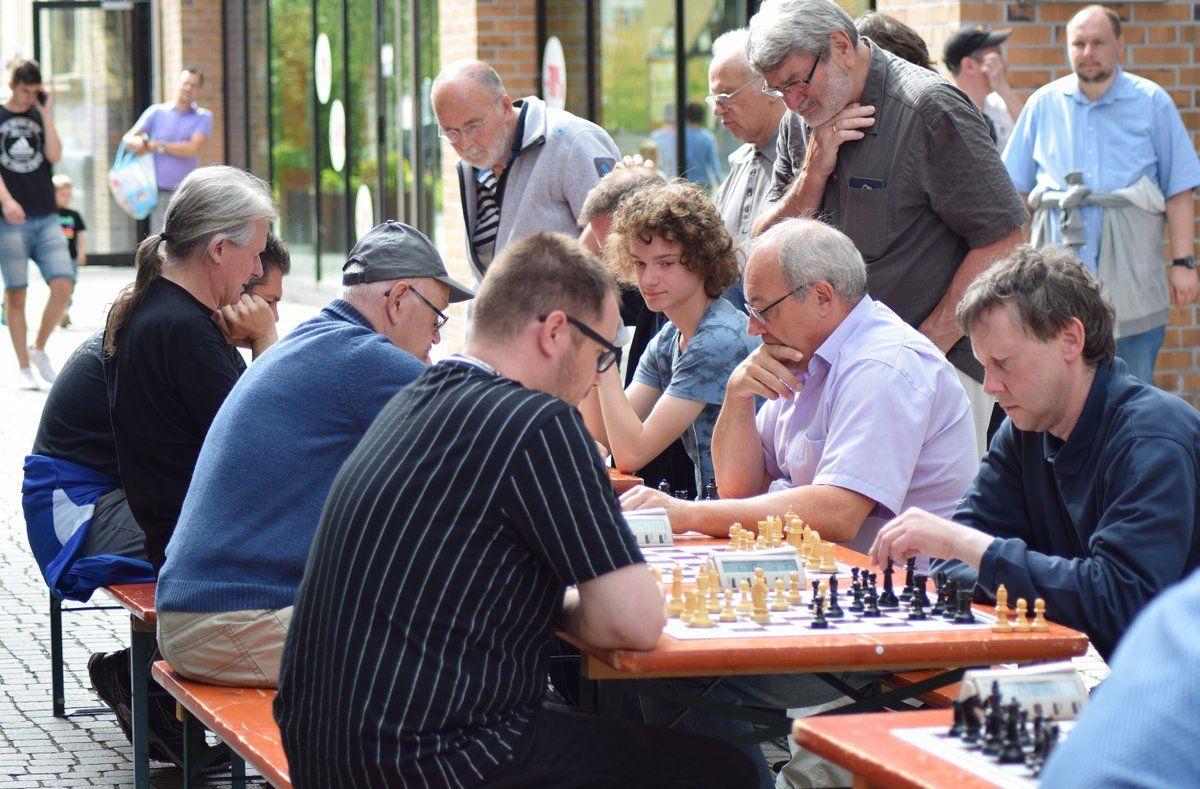 Schach: Junge Akteure vorn beim Freiluftblitzen
