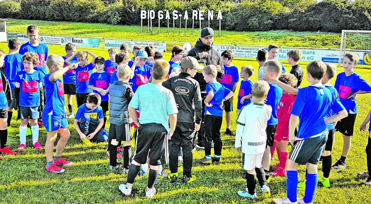 RZ präsentiert: Heubacher Profiboxer Kasim Gashi besucht das Icotek-Fußballcamp in Eschach