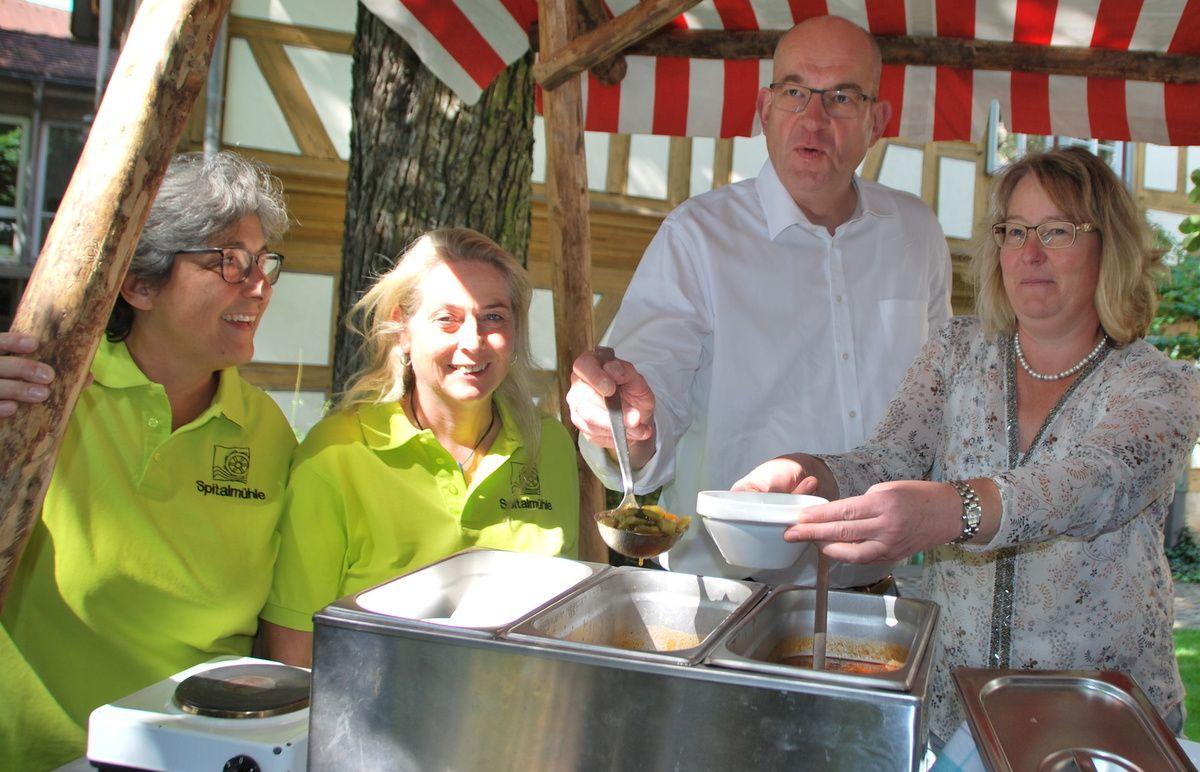 Suppenküche im Hof der Engel