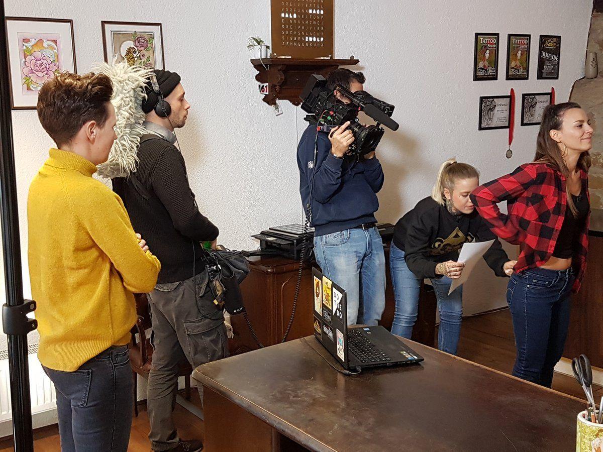 TV-Sender dreht in einem Tattoo-Studio in Gmünd