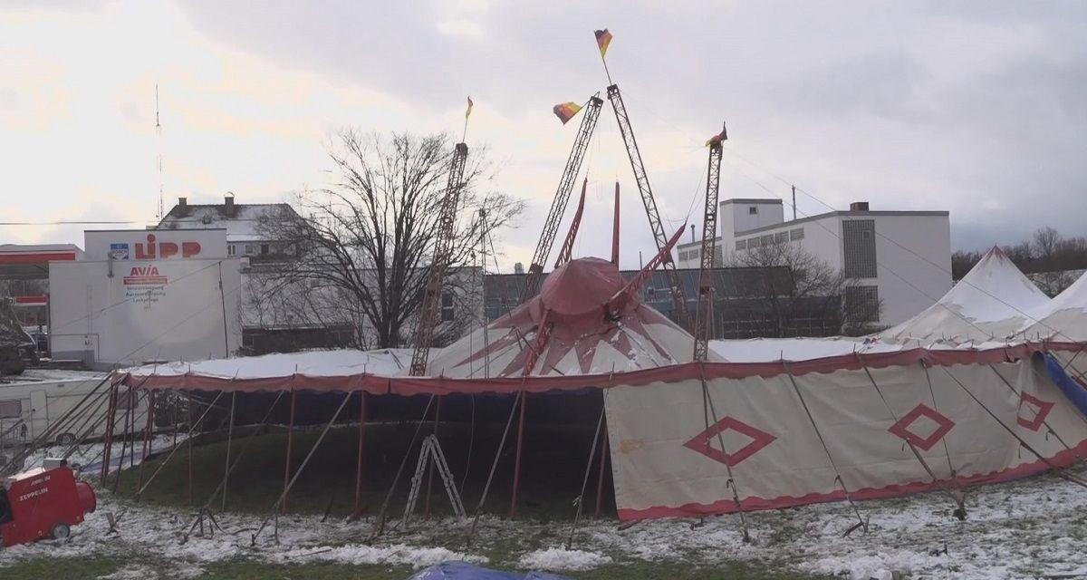 Zirkuszelt bricht unter Schneelast zusammen