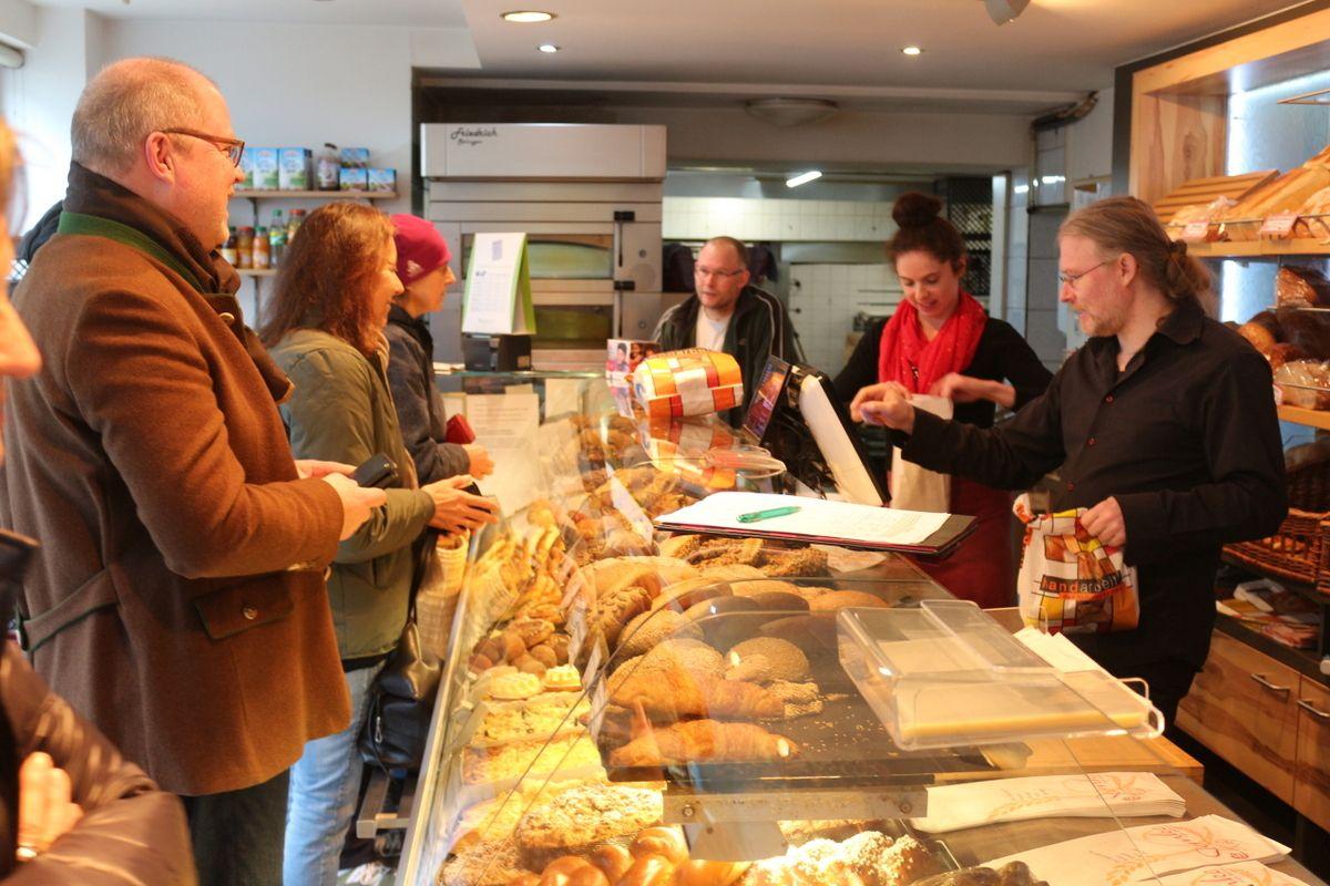 Problem Belegpflicht: SPD-Abgeordneter Christian Lange besucht Bäckerei Stemke